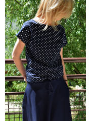 FOCUS - knitted women's t-shirt without a pocket - navy blue in polka dots